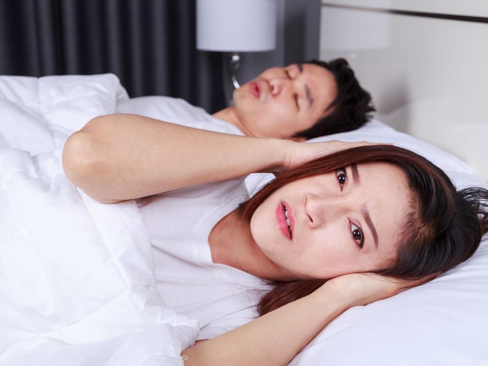 枕邊人磨牙惱人睡眠?這是種疾病嗎?