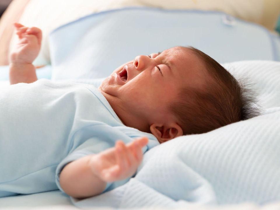 1歲以下的嬰兒噎到怎麼辦?快來學習寶寶哈姆立克急救法!
