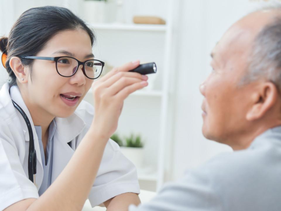 飛蚊症原因是什麼?40歲是關鍵!糖尿病、高血壓易引發!