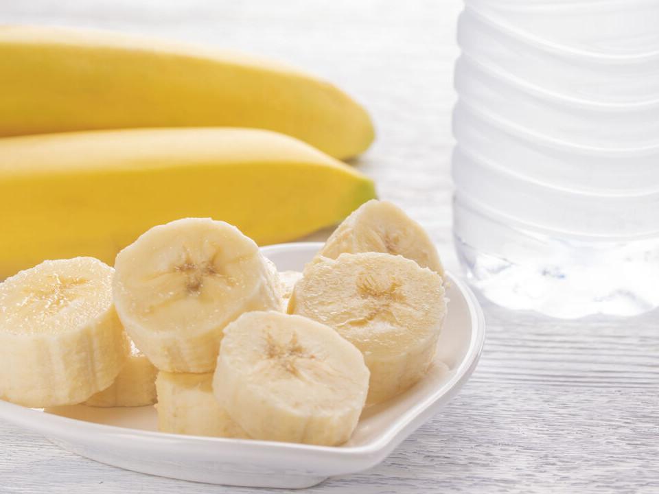 吃香蕉喝水